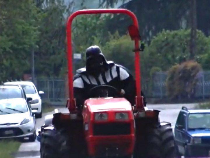 Cosa ci fa Darth Vader su un trattore?